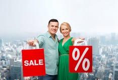 Pares de sorriso com sacos de compras Foto de Stock Royalty Free