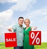 Pares de sorriso com sacos de compras Imagens de Stock Royalty Free