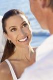 Pares de sorriso da noiva & do noivo no casamento de praia Imagem de Stock Royalty Free