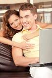 Pares de sorriso do amor foto de stock royalty free