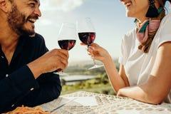 Pares de sorriso em uma data do vinho imagem de stock