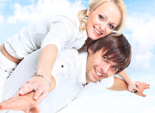 Pares de sorriso felizes no amor Fotos de Stock Royalty Free
