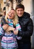 Pares de sorriso felizes no amor na rua imagens de stock royalty free