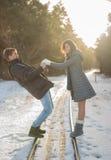 Pares de sorriso felizes no parque conceito sobre relacionamentos Imagem de Stock Royalty Free