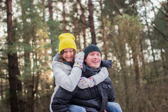 Pares de sorriso felizes no parque conceito sobre relacionamentos Fotografia de Stock Royalty Free