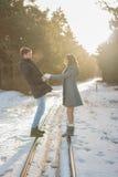 Pares de sorriso felizes no parque do inverno conceito sobre relacionamentos Fotografia de Stock