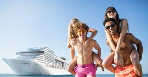 Pares de sorriso felizes que viajam pelo cruiseship Conceito do feriado e do verão foto de stock