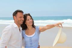 Pares de sorriso na praia Imagens de Stock