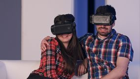 Pares de sorriso no filme de observação dos auriculares da realidade virtual Foto de Stock Royalty Free