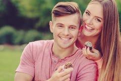 Pares de sorriso que alimentam-se Fotos de Stock Royalty Free