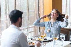 Pares de sorriso que comem o prato principal no restaurante Foto de Stock Royalty Free