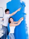 Pares de sorriso que escovam a parede Fotografia de Stock