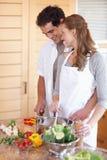 Pares de sorriso que preparam a refeição junto Imagem de Stock