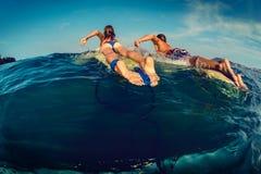 Pares de surfistas Fotografia de Stock Royalty Free