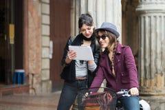 Pares de tableta del uso de las muchachas Imagen de archivo libre de regalías