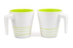 Pares de tazas blancas con las rayas verdes Foto de archivo