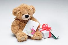 Pares de Teddy Bears com coração vermelho Rosa vermelha Fotos de Stock Royalty Free