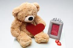 Pares de Teddy Bears com coração vermelho Rosa vermelha Fotografia de Stock Royalty Free