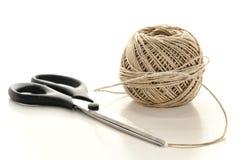 Pares de tesouras e de carretel da corda natural da guita Imagens de Stock
