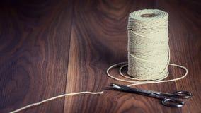 Pares de tesouras que cortam uma parte de corda Fotografia de Stock Royalty Free