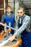 Pares de trabajadores en la fábrica Foto de archivo libre de regalías