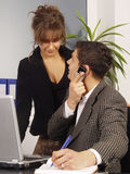 Pares de trabalho no escritório Fotografia de Stock Royalty Free