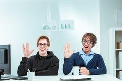 Pares de trekkies nerdy en el trabajo foto de archivo