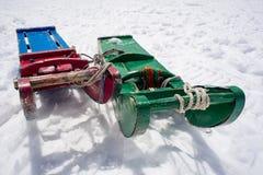 Pares de trineos de madera en la nieve Imágenes de archivo libres de regalías