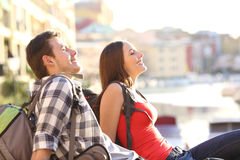 Pares de turistas adolescentes que relaxam em férias imagens de stock royalty free