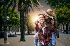 Pares de turistas em férias sob as palmas fotografia de stock