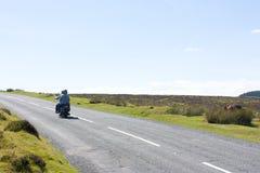 Pares de turistas em um velomotor no dartmoor, Reino Unido Fotografia de Stock Royalty Free