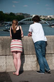 Pares de turistas en París Fotos de archivo libres de regalías