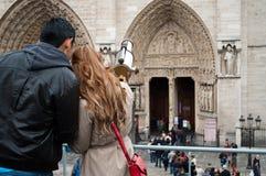 Pares de turistas en París Imágenes de archivo libres de regalías
