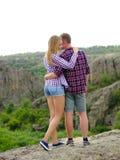 Pares de turistas en un fondo natural Muchacha femenina y un abrazo confiado del hombre Amor, relación, concepto del cuidado imagenes de archivo