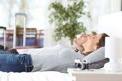 Pares de turistas que relaxam em uma sala de hotel fotografia de stock