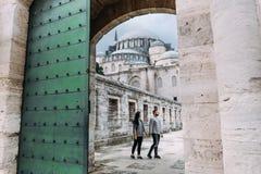 Pares de viagem perto da mesquita foto de stock