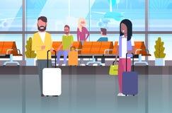 Pares de viajeros con las maletas en esperar a Hall Or Departure Lounge People en terminal de aeropuerto libre illustration