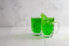 Pares de vidrios de cerveza verdes con el chapoteo foto de archivo libre de regalías