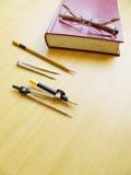 Pares de vidrios en el libro Fotografía de archivo libre de regalías