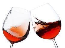 Pares de vidro de vinho vermelho movente Imagem de Stock Royalty Free