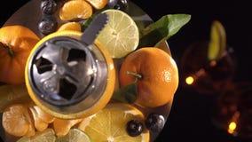 Pares de vidros com vinho da bebida da bebida alcoólica e de cachimbo de água com frutos video estoque
