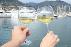 Pares de wineglasses nas mãos Imagem de Stock