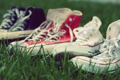 Pares de zapatillas de deporte en hierba verde Fotografía de archivo