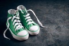 Pares de zapatillas de deporte para los niños Foto de archivo libre de regalías
