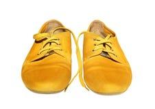 Pares de zapatos amarillos en el fondo blanco fotografía de archivo libre de regalías