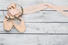 Pares de zapatos de ballet y de una diadema Imagen de archivo