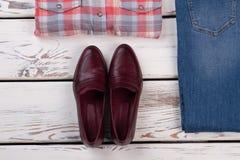 Pares de zapatos de Borgoña fotos de archivo libres de regalías