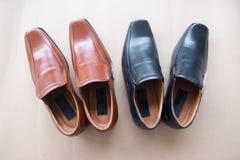 Pares de zapatos clásicos para los hombres, el negro y el marrón Imagenes de archivo