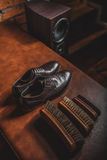 Pares de zapatos con los cepillos para limpiar Fotos de archivo