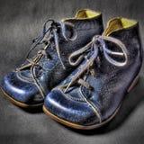 Pares de zapatos de bebé azules de la vendimia Foto de archivo